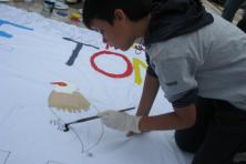Ζωγραφίζοντας το πανό στη λαϊκή αγορά