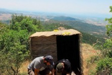 Building a hide for the Meteora feeding station, Greece. (Photo: V. Saravia)
